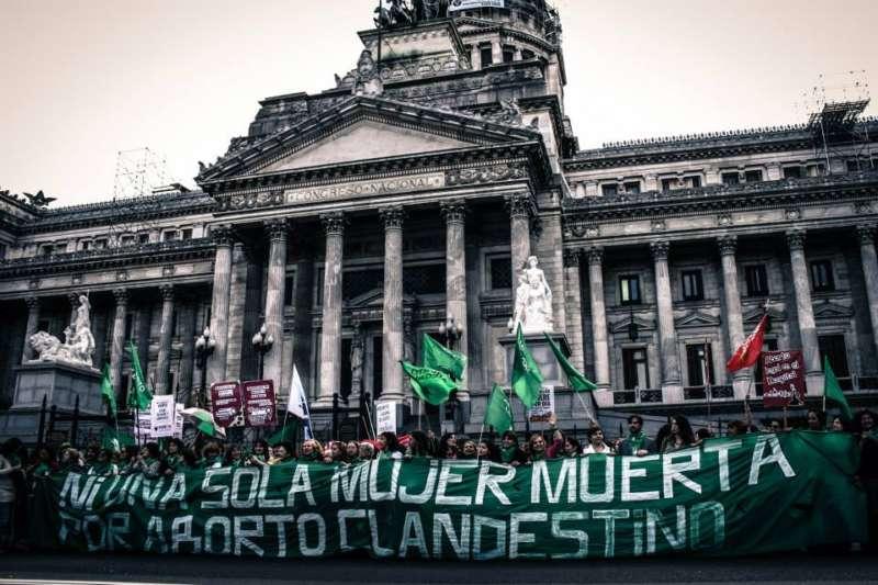 Macri permitirá que sus legisladores debatan sobre el aborto en el Congreso