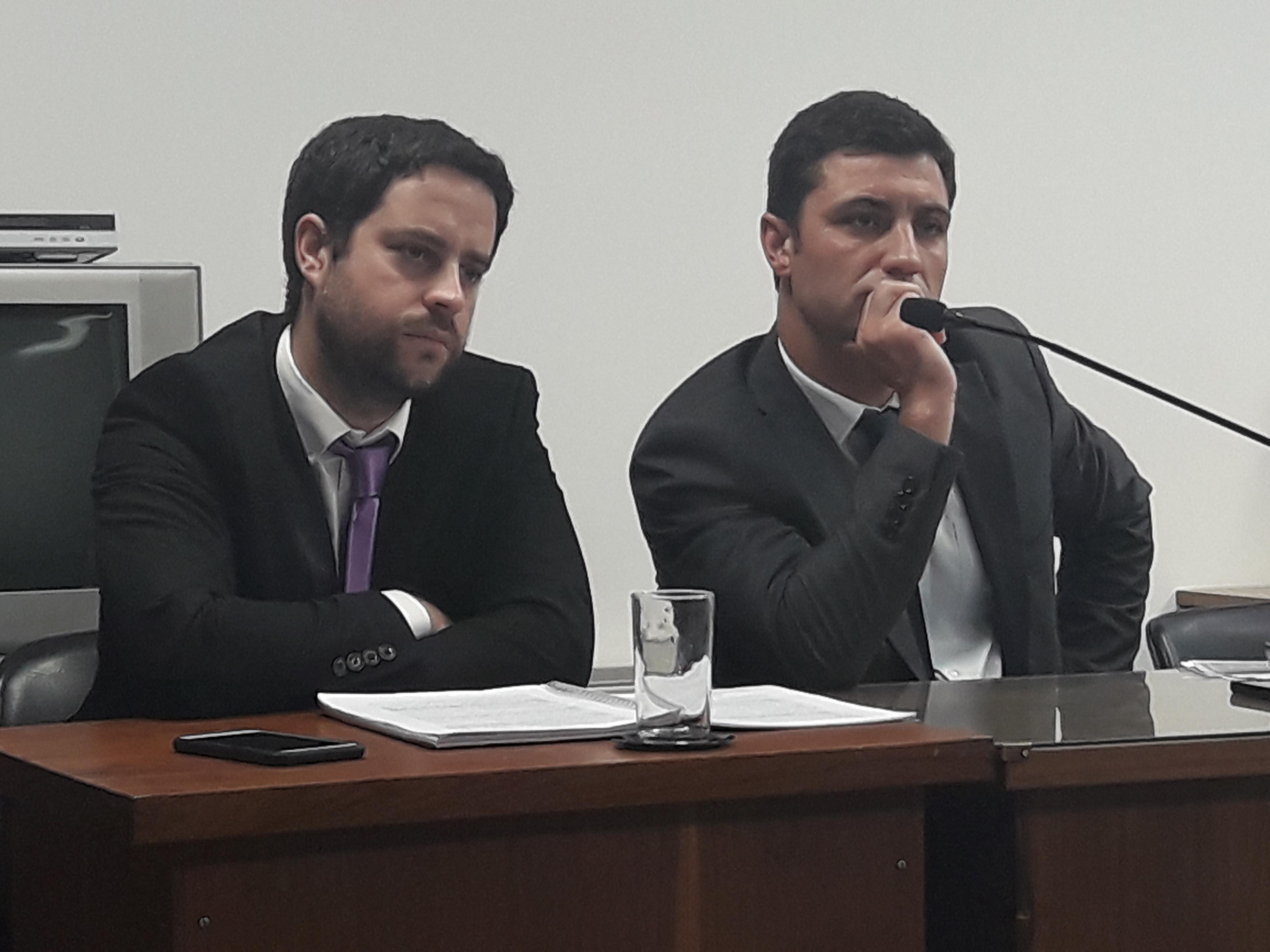 Un acusado de incitar saqueos le revoleó un vaso al fiscal